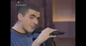 Un ammicante Caparezza sul palco dell' Ariston nel 1997