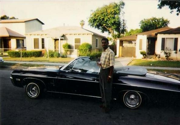 Una rara fotografia di Orlando Anderson, ritratto nella via in cui abitava, in Burris Avenue (Los Angeles).