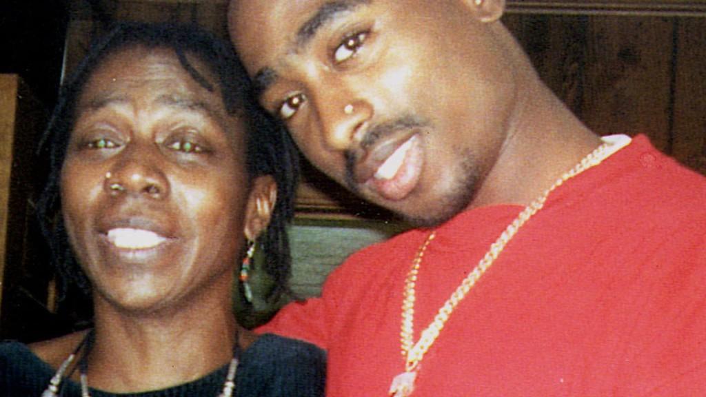 Un'altra immagine di Afeni e Tupac.